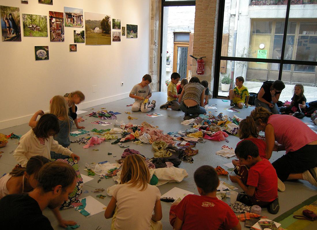 Visite de l'exposition de Suzanne Husky, artiste accueillie en résiedence à Pollen, Monflanquin, 2008